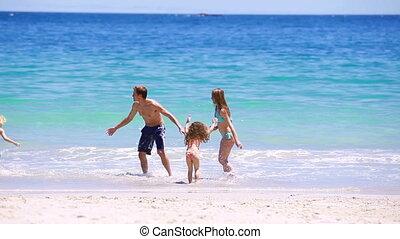 het glimlachen, rennende , samen, gezin