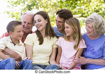het glimlachen, uitgebreide familie, buitenshuis