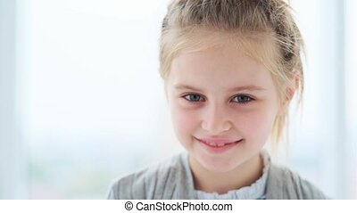 het glimlachen, verticaal, klein meisje