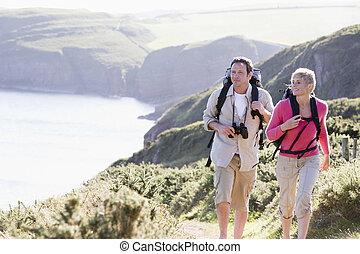 het glimlachen, wandelende, paar, cliffside, buitenshuis