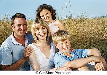 het glimlachen, zittende , gezin, buitenshuis