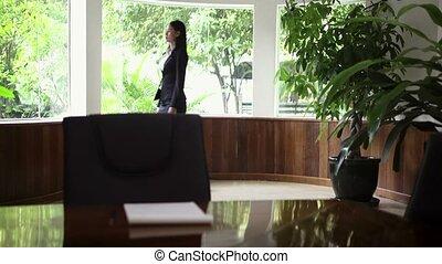 het kijken, businesswoman, venster, uit
