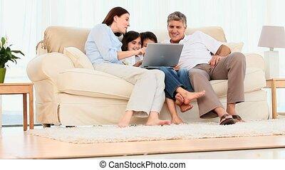 het kijken, draagbare computer, gezin