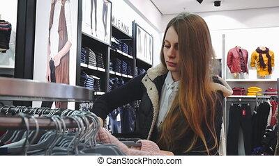 het kijken, milieu, shoppen , koper, grit, motie, 60fps., vertragen, handheld, store., woman., kleren