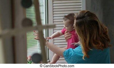 het kijken, venster, door, moeder, baby meisje, vrolijke