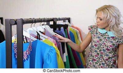 het kijken, vrouw, bevestigingslijst, winkel, kleren
