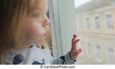 het kijken, weinig; niet zo(veel), door het venster, meisje