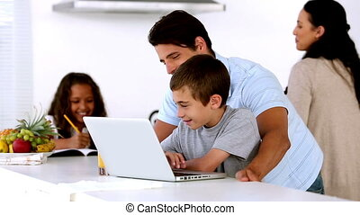 het kijken, zoon, vader, draagbare computer