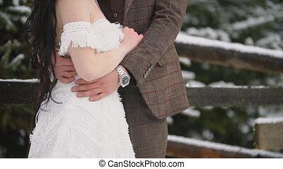 het knuffelen, jong paar, bos