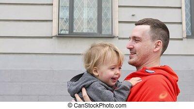 het knuffelen, straat, vader, samen, zoon