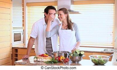 het koken, echtgenoot, zijn, lepel, proeft, wife's