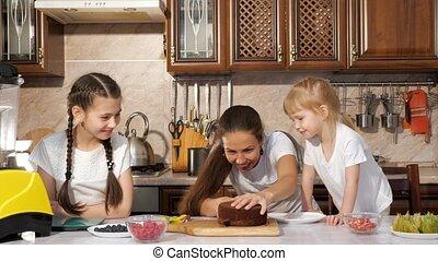 het koken van de familie, jarig, samen., mamma, taart, dochter, vrolijke