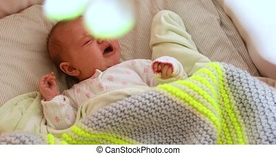 het leggen, back, pasgeboren, het schreeuwen, wiegje, baby