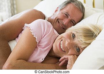 het liggen, het glimlachen, paar, bed