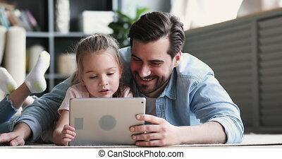 het liggen, kleine, papa, vloer, digitaal tablet, gebruik, dochter