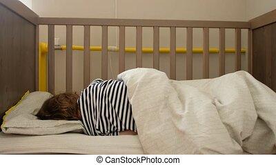 het liggen, toddler, wiegje, anoniem