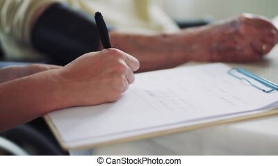 het meten, vrouw, bezoeker, midsection, druk, gezondheid, bloed, senior, home.