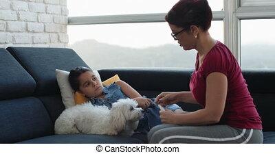 het meten, weinig; niet zo(veel), koorts, mamma, ziek, thermometer, meisje