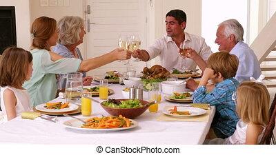 het roosteren, diner, uitgebreide familie