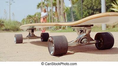 het rusten, longboard, straat, grond