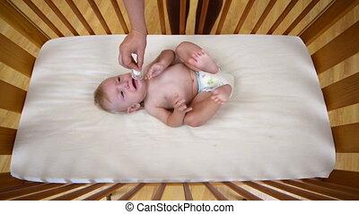 het schreeuwen van de baby, wiegje