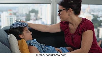 het vergasten, vrouw, ziek, koorts, vrouwelijk kind, thuis