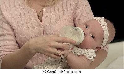 het voeden, haar, zoon, helder, fles, moeder, thuis, schattige, melk