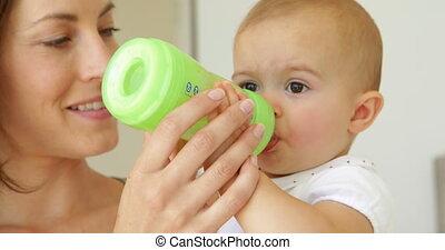 het voeden, moeder, mooi, baby, jonge, haar