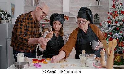 hoe, kleindochter, vorm, dessert, peperkoek, voorbereiden, onderwijs, grootouders
