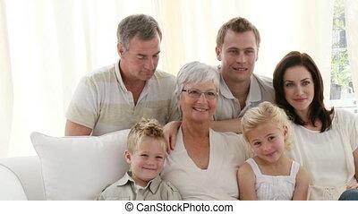 huiskamer, kijkende televisie, gezin, vrolijke
