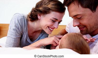 hun, baby, vrolijke , schattig, het liggen, ouders