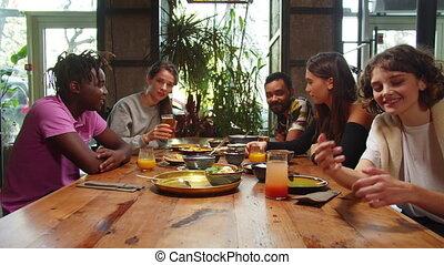 hun, golf, vertragen, zij, motie, vrienden, fototoestel, zetten, lach, handen, koffiehuis