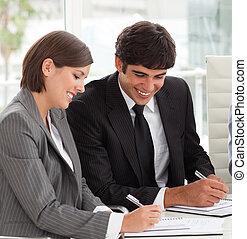 hun, rapport, verkoopteam, het glimlachen, twee, studerend , collega's