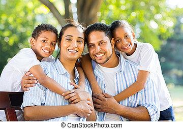indiër, park, jonge familie, zittende