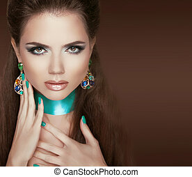 jewelry., bruine , vrouw, nails., makeup, vrijstaand, glamour, brunette, portrait., achtergrond, manicured, het poseren, mode