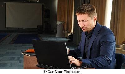 job., het genieten van, drinkt, 4, web, computerscherm, het kijken, beeldmateriaal, werkende , jonge, kantoor, surfing, het glimlachen, k, gebruik, zakenman, koffie, het typen, draagbare computer