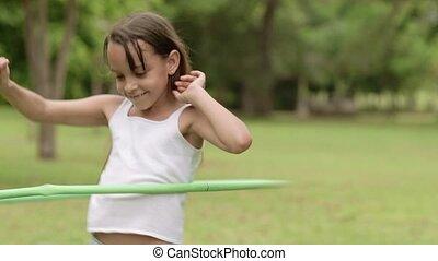 jonge, hula-hoepel, vrolijke , meisje, spelend