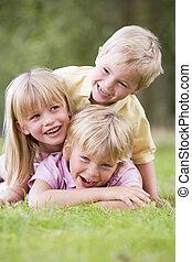 jonge kinderen, drie, buitenshuis, het glimlachen, spelend
