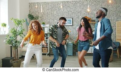jonge, vrolijke , mannen, kantoor, het dansen aaneen, vrouwen, het zingen, plezier, hebben