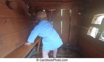 jongen, baby, houten huis