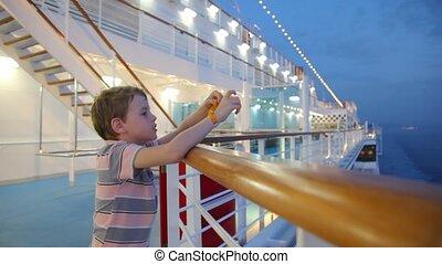 jongen, de cruise van het schip, stalletjes, dek