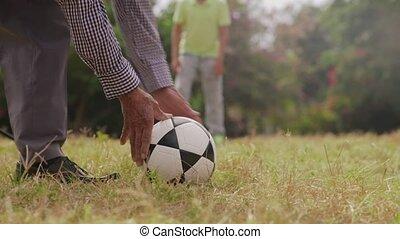jongen, de voetbal van het voetbal, spelend, 10-grandpa