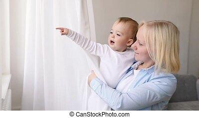 jongen, haar, het kijken, venster, moeder, baby