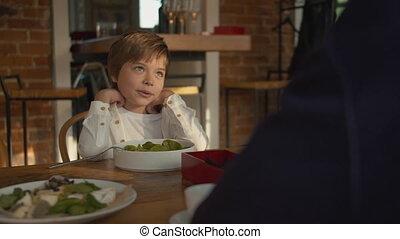 jongen, houten, koffiehuis, zit, tafel, weinig; niet zo(veel)