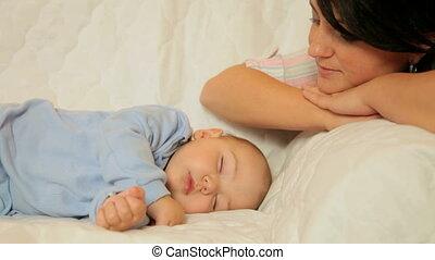 jongen, jonge, slapende, het kijken, moeder, baby, thuis, vrolijke