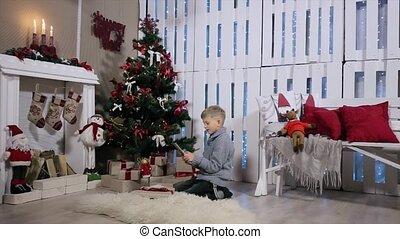 jongen, kamer, tablet, boompje, jonge, door, digitale , witte , openhaard, kerstmis, spreken