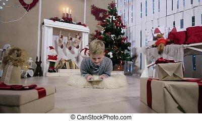 jongen, kamer, tablet, boompje, jongen, spelend, fototoestel, lachen, digitale , witte , bewegingen, openhaard, kerstmis
