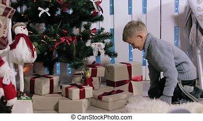 jongen, milieu, kamer, boompje, liep, extracts, dozen, telefoon, witte , openhaard, kerstmis