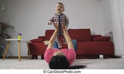 jongen, moeder, baby, thuis, het genieten van, vrolijke