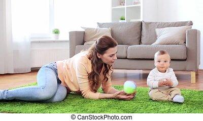 jongen, moeder, baby, thuis, spelend, vrolijke